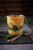 Polentagratin mit Spinat und Pilzen im Glas
