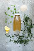Waldmeistersirup mit Zutaten: Rohrohrzucker, Waldmeister getrocknet und frisch, Zitronenschnitze