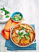 Mexikanischer Hackbraten mit Tortillachips und Guacamole