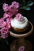 Veganer Aprikosen-Cupcake mit Rosenwasser und Vanillefrosting