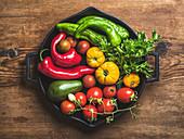 Frisches Gemüse in einer gusseisernen Pfanne
