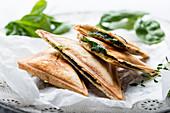 Vegane Sandwichtoasts mit Tofu und Spinat