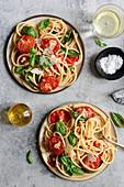 Bucatini mit gedünsteten Tomaten und Basilikum