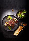 Steakteller mit Knoblauchbaguette