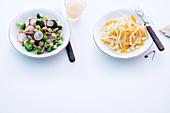 Brokkoli-Radieschen-Salat mit Croutons und Fenchelsalat mit Orangen und Schnittkäse