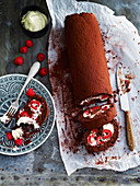 Schokoladen-Himbeer-Roulade, angeschnitten