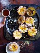 Ricottatörtchen mit Orangenmarmelade und Pinienkernen