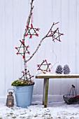 Selbstgebastelte Sterne aus Zweigen als weihnachtliche Gartendekoration