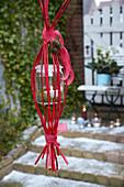 Selbstgemachte Hängelampe aus Windlicht und roten Zweigen