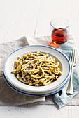 Busiate alla trapanese (Traditionelle sizilianische Nudeln mit Tomaten-Basilikum-Pesto, Italien)