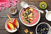 Himbeer-Smoothie-Bowl mit Haferflocken und Kokosmilch
