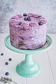 Schoko-Heidelbeer-Torte auf Tortenständer