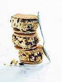 Eissandwiches mit Schokoladenstückchen und Erdnüssen