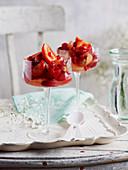Rosa Fruchtsalat mit Erdbeeren