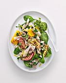 Hähnchensalat mit Pfirsichen, Paprika, Zwiebeln und Kressesauce