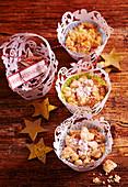 Kleine weihnachtliche Apfel-Crumble-Muffins im Papierförmchen