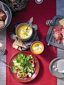 Weihnachtsbuffet mit Avocadosalat und Möhren-Orangen-Suppe