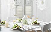 Rote-Bete-Salat mit Mozzarella auf weihnachtlich gedecktem Tisch