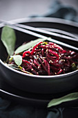In Salbeibutter geschwenkte Rote-Bete-Spiralen mit Sesam (vegan)