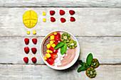 Erdbeer-Smoothie-Bowl mit Kokosflocken, Mango und Chiasamen