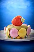 Kindertorte mit Macarons und Erdbeere