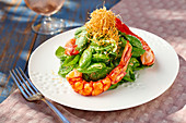 Spinach salad with prawns