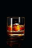 Ein Glas Whisky mit Eiswürfeln