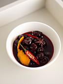 Chilli-Kirschen mit Sternanis und Orangenschale