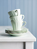 Teetassen mit Untertassen, gestapelt