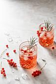 Roter Johannisbeerdrink mit Eiswürfeln