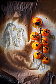 Food-Art: Gebackene Tomatenrispe auf Backpapier