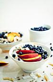 Chiapudding mit Nektarinen, Blaubeeren und Kokosflocken