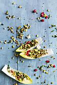 Chicoreesalat mit Erbsen und Granatapfelkernen (Aufsicht)