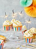 Party-Cupcakes mit Frosting und Wunderkerzen