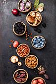 Verschiedene rote, braune und violette Lebensmittel (Aufsicht)