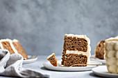 Biskuitkuchen mit Frosting: Kuchenstücke auf Teller