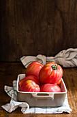 Frische Tomaten in Auflaufform