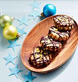 Weihnachtsplätzchen mit Marmeladenfüllung und Schokoglasur