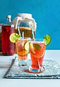 Kombucha-Cocktail mit Gurken und Zitronen