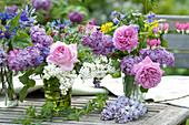 Kleine Sträuße mit Rosen und Flieder