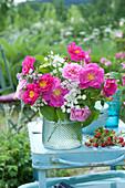 Kleiner Strauß mit Rose 'Gallica Officinalis' und Félicité Parmentier