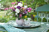 Bunter Frühlingsstrauß mit Tulpen und blühenden Zweigen