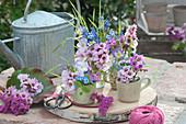 Kleine Frühlingssträuße in Tassen