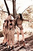 Dunkelhaarige Frau mit Schulkindern in Uniform