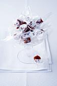 Karamellbonbons mit Vanille und Lavendel in Cellophan verpackt