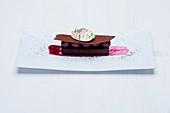 Gianduja-Torte mit Schattenmorellen-Kompott und Vanilleschaum