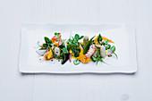 Flusskrebssalat mit weißem Spargel mit Gemüse