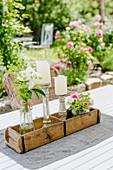 Tischdekoration mit Kerzen und kleinen Sträußen