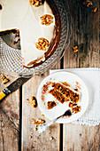 Karottenkuchen mit Walnüssen, angeschnitten
