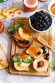 Toastbrot mit Aprikosenmarmelade, frischen Pfirsichen und Brombeeren